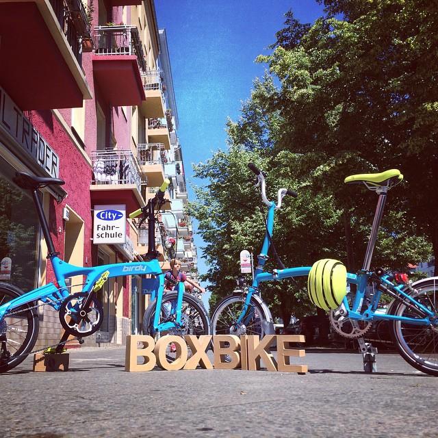 Das neue Birdy in knalligen Cyan und das Brompton in Lagoon Blue. Trendige Falträder in Trendfarben unter sich...