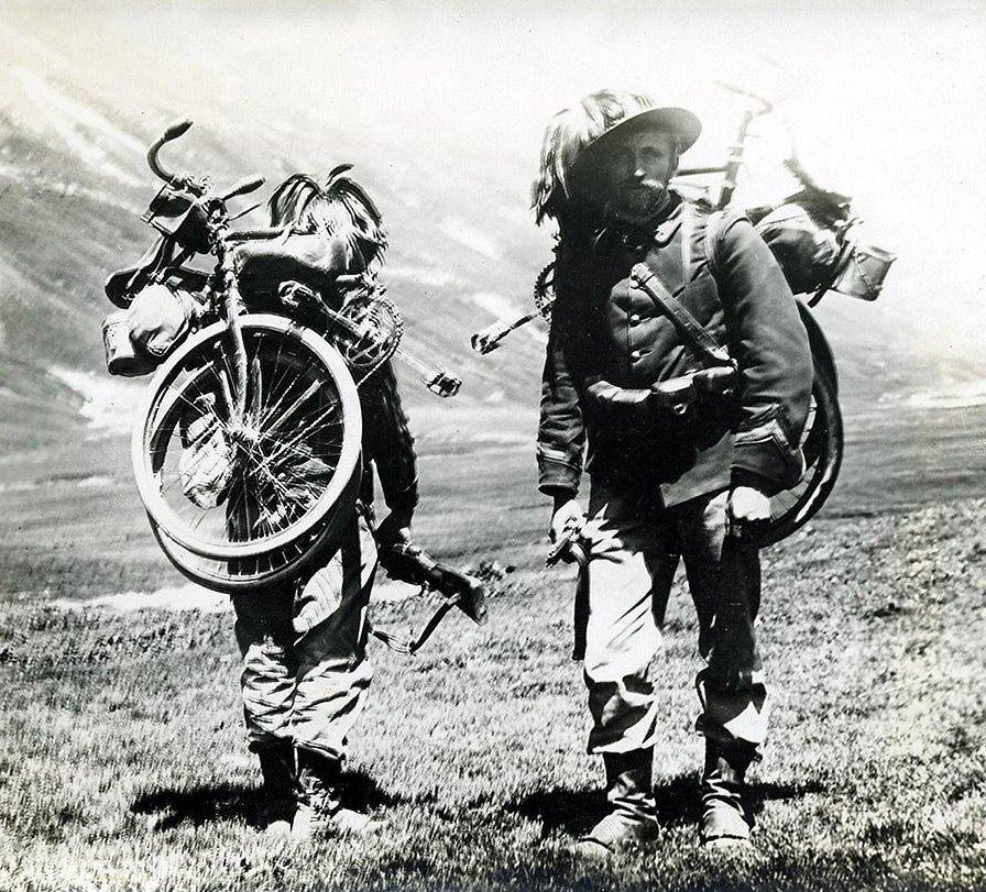 Bersaglierie mit zerlegten Fahrrädern. Quelle: Wikipedia, Public Domain.